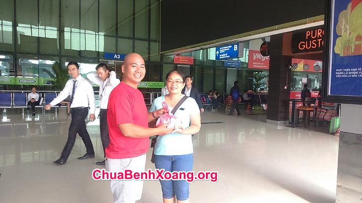 Giao thuốc xoang cho khách tại sân bay để đem về quê cho mẹ